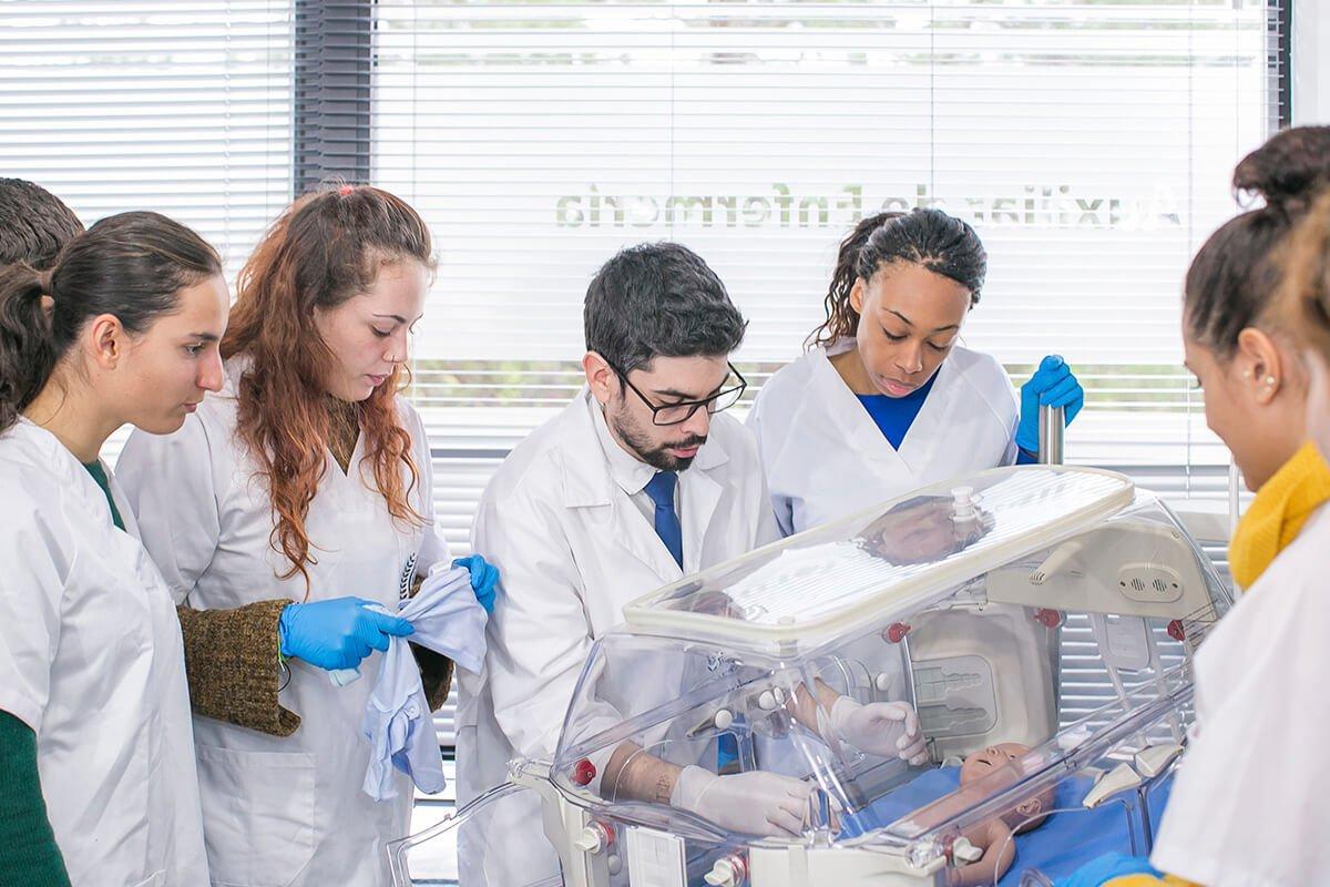 Algunos de nuestros alumnos del Grado Medio en Cuidados Auxiliares de Enfermería dando clases prácticas en nuestras instalaciones de Murcia.