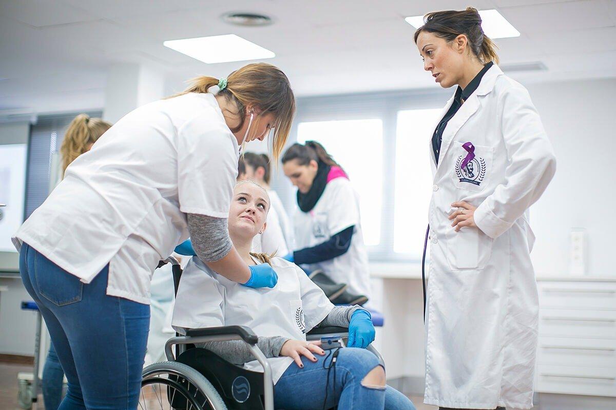 Los alumnos del Grado Medio de Auxiliar de Enfermería ponen en práctica los conocimientos y competencias adquiridas durante las sesiones teóricas.