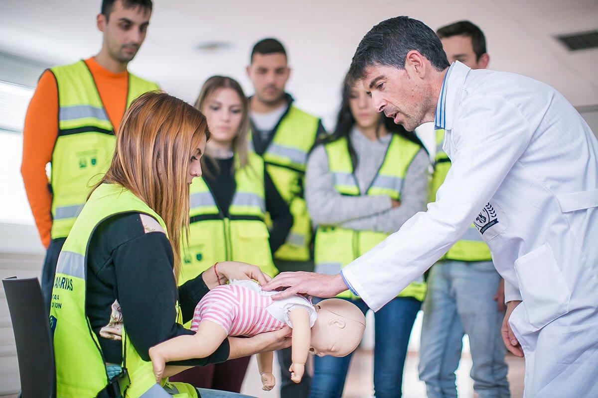 Un profesor de Emergencias Sanitarias imparte una clase práctica a sus alumnos en Claudio Galeno.
