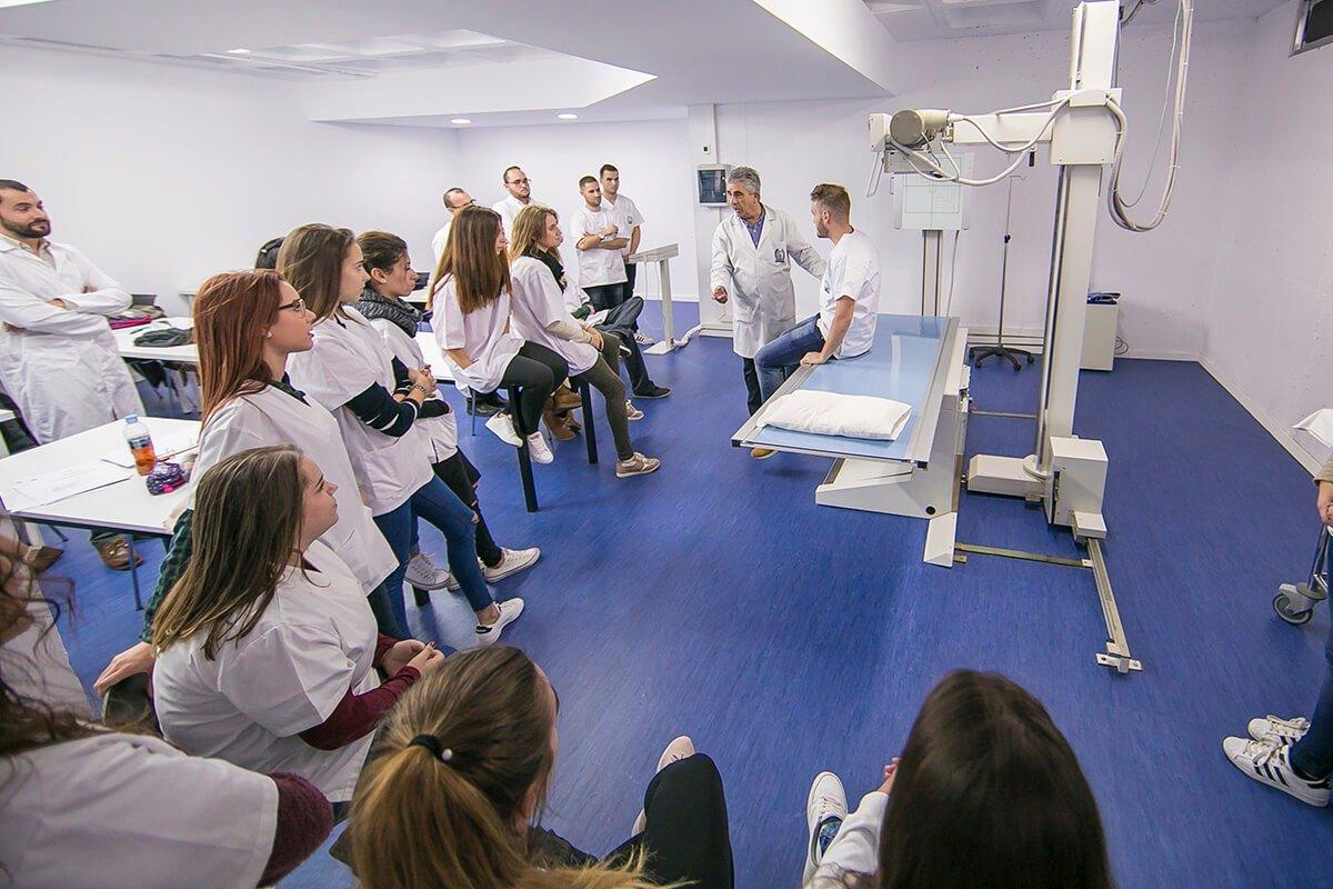 Un profesor explica una clase práctica a los alumnos de Imagen para el Diagnóstico y Medicina Nuclear.