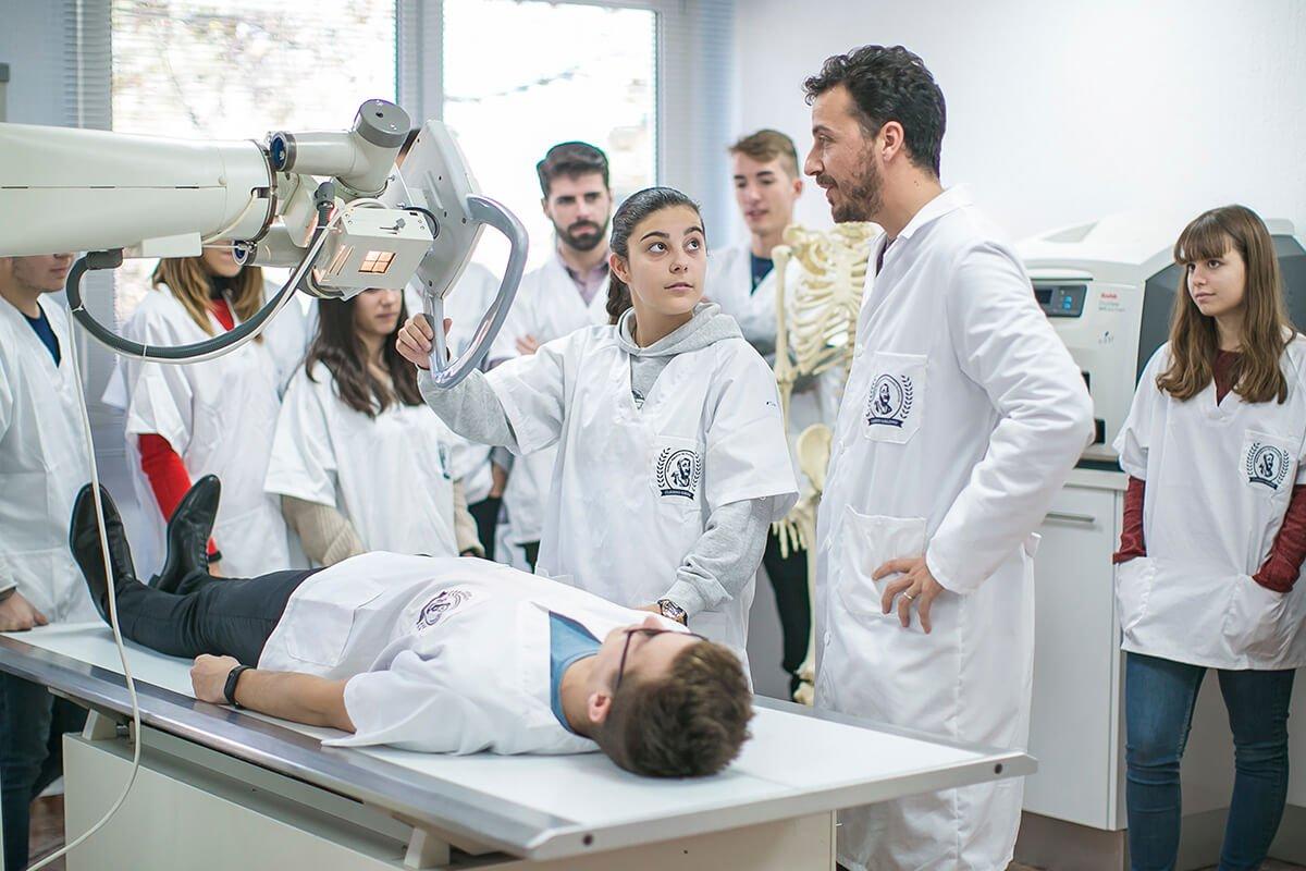 Un profesor imparte una clase práctica a los alumnos de Imagen para el Diagnóstico y Medicina Nuclear para poner en práctica lo aprendido en las clases teóricas.