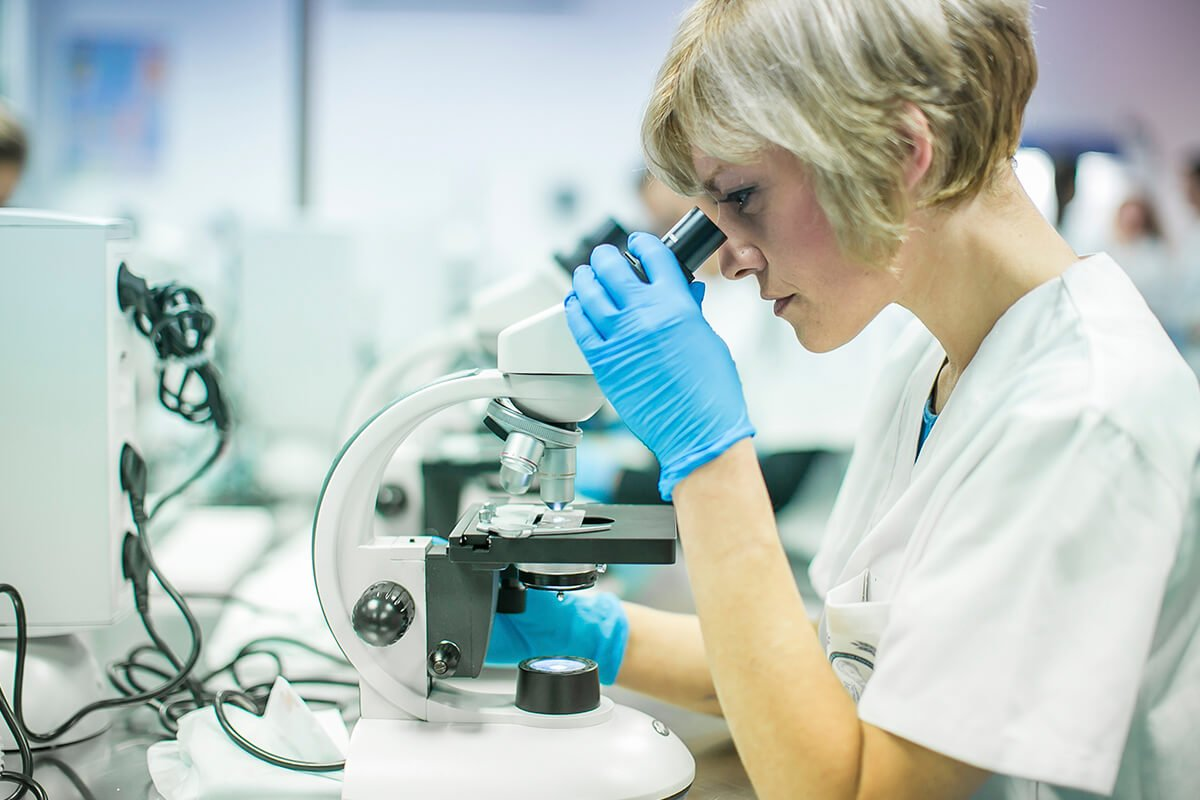 Nuestros alumnos de Laboratorio Clínico y Biomédico investigan con la maquinaria de Claudio Galeno.