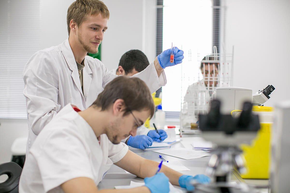 Los alumnos del Grado Superior en Laboratorio Clínico y Biomédico realizan sus prácticas en las instalaciones de nuestros institutos.